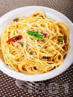 Спагети със сос от аншоа и консервирани сушени домати - снимка на рецептата